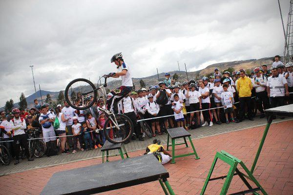 Monica Guzman durante su show de bicicleta extrema Biketrial en el Festibike de Bogota