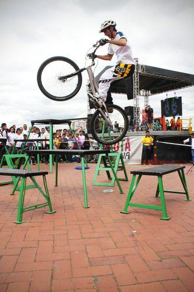 Pacho Villegas haciendo su show extremo en bicicleta tipo MTB en el festibike de Bogota en Noviembre de 2015