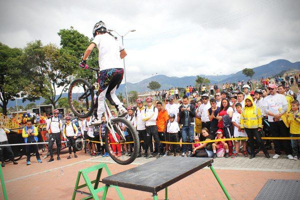 Monica Guzman mostrando pasos sobre los obstáculos dispuestos para el show