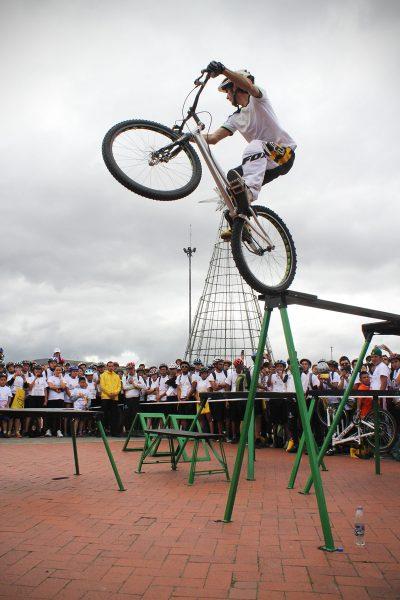 Pacho Villegas, haciendo equilibrio a 1.80 metros de altura y luego descendiendo