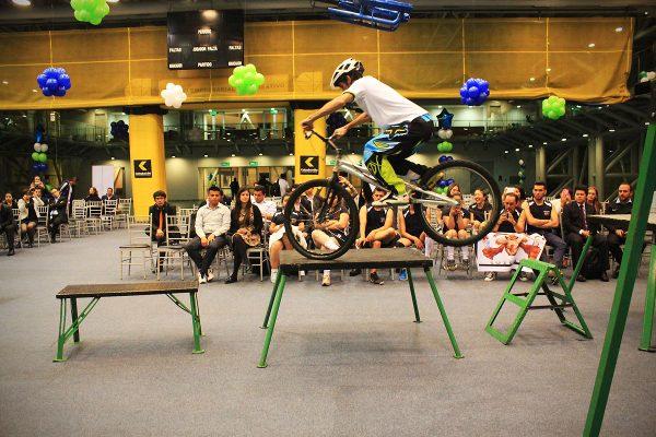 Show extremo en bicicleta con Pacho villegas y Monica Guzman