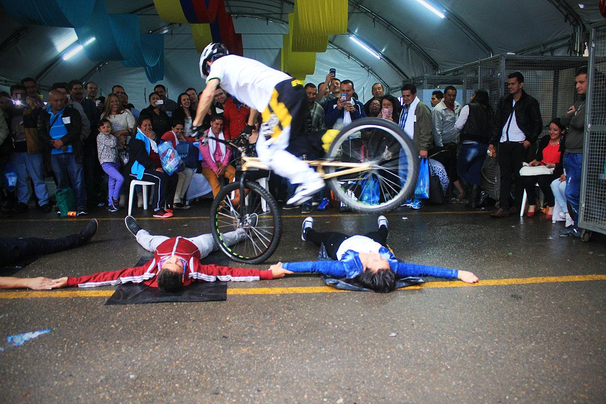 Show deportivo artístico de bicicleta extrema con Pacho villegas y Monica Guzman