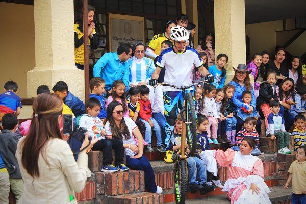 Ingreso de Pacho villegas durante su show extremo en bicicleta