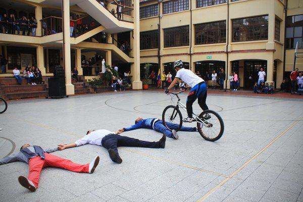 Monica Guzman demostrando su habilidad saltando personas