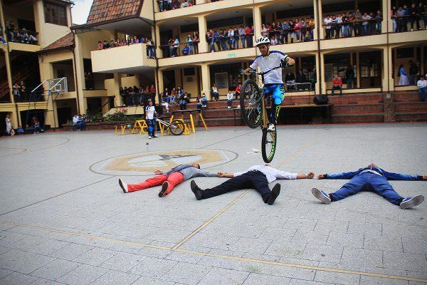 Pacho Villegas saltando personas en su bicicleta