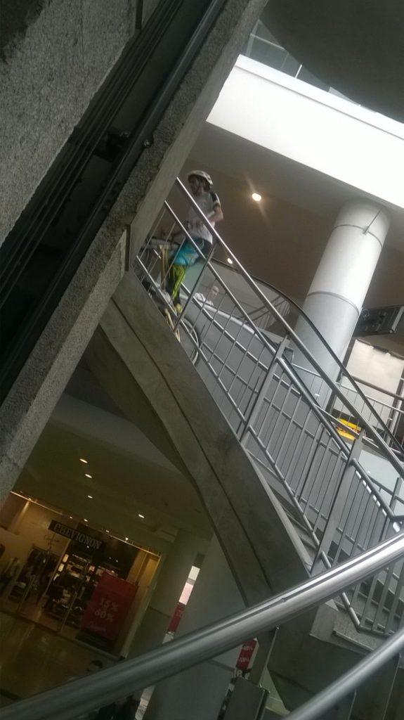 Pacho Villegas subiendo escaleras del centro comercial san rafael