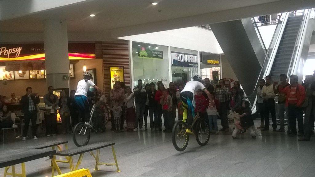 Pacho Villegas y monica Guzman, iniciando el show en el centro comercial San rafael de bogota, celebrando los juegos olimpicos