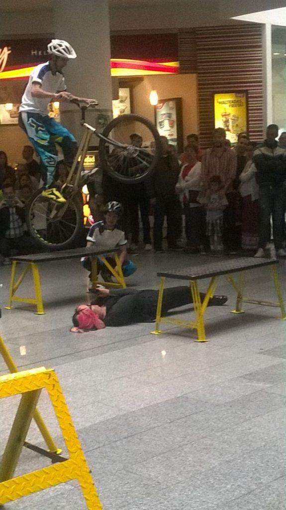 Pacho Villegas en su show extremo a punto de sltar entre las bancas con una persona en el suelo