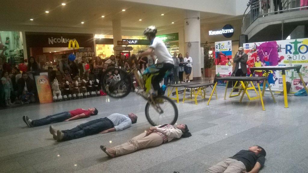 Pacho Villegas en su show extremo saltando personas