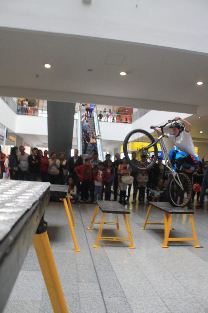 Monica Guzman durante el show extremo en bicicleta tipo BMX en el centro comercial San Rafael