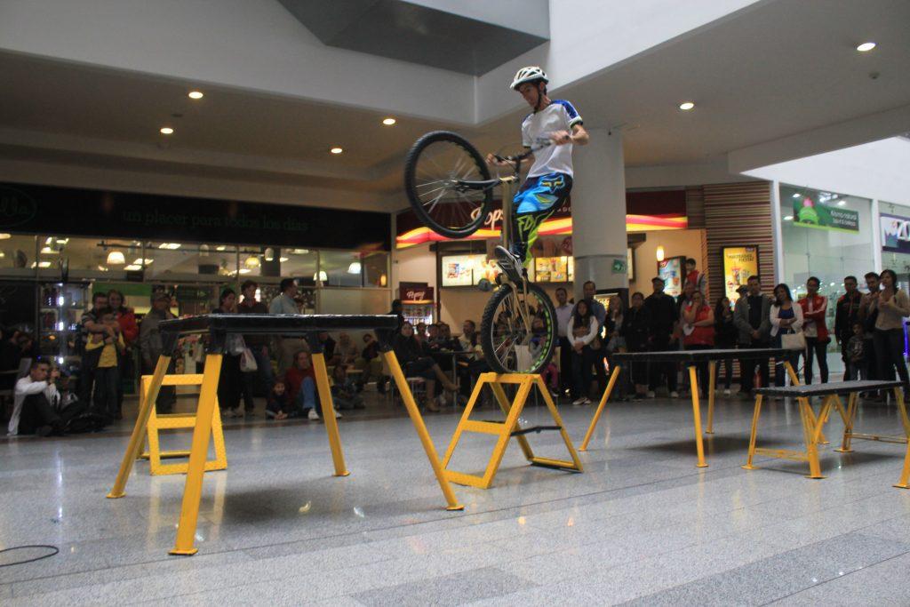 Pacho Villegas durante el show extremo en bicicleta tipo BMX en el centro comercial San Rafael