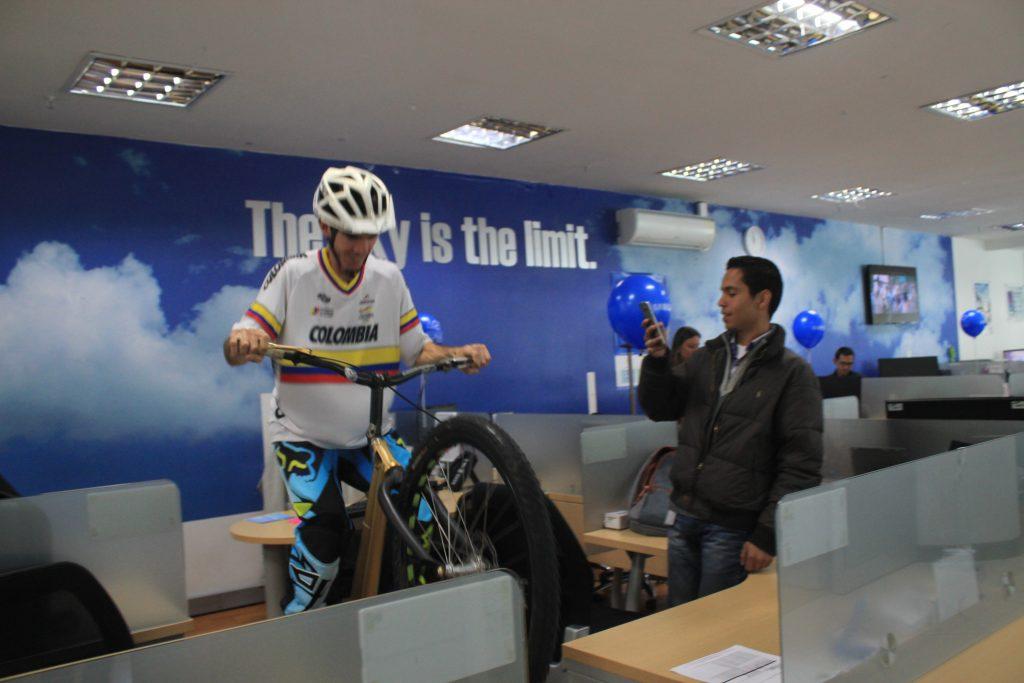 Los Guinness World Records de la modalidad de Biketrial Pacho Villegas y Monica Guzman, se tomaron las instalaciones de al empresa Samsung en Bogota, con su show extremo en bicicleta.