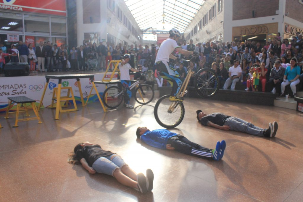 Show Extremo en bicicletas con los Guinness Records Pacho Villegas y Monica Guzman en el Centro Comercial Suba de Bogota